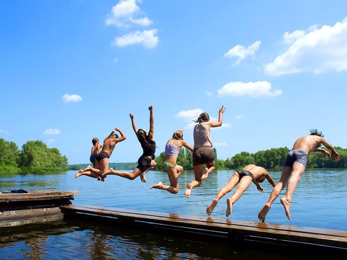 Молодежь бросается в воду