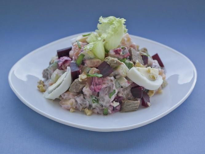 Салат с сельдью и говядиной