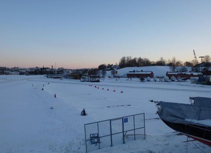прогулка по льду в порту Лаппеенранты.