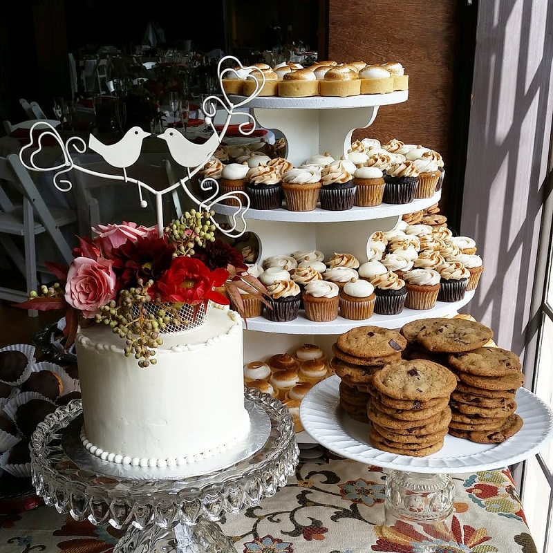 Стол для сладкого на финской свадьбе