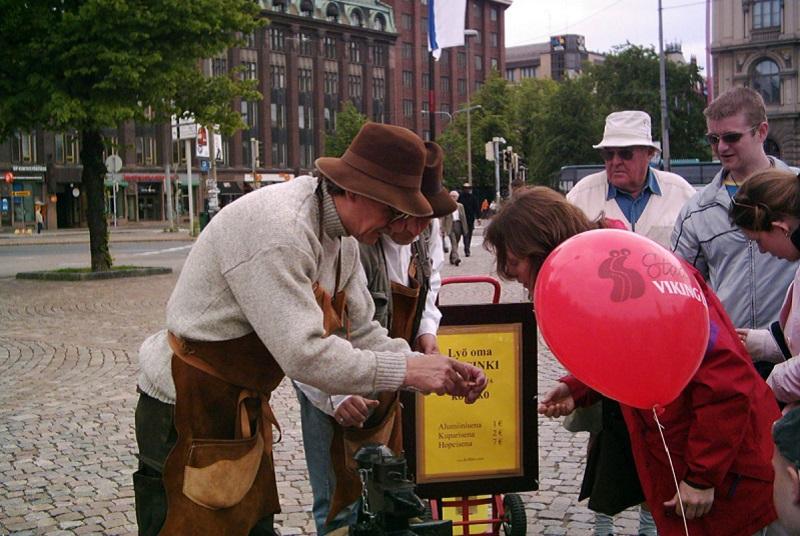 Общение туристов с финном